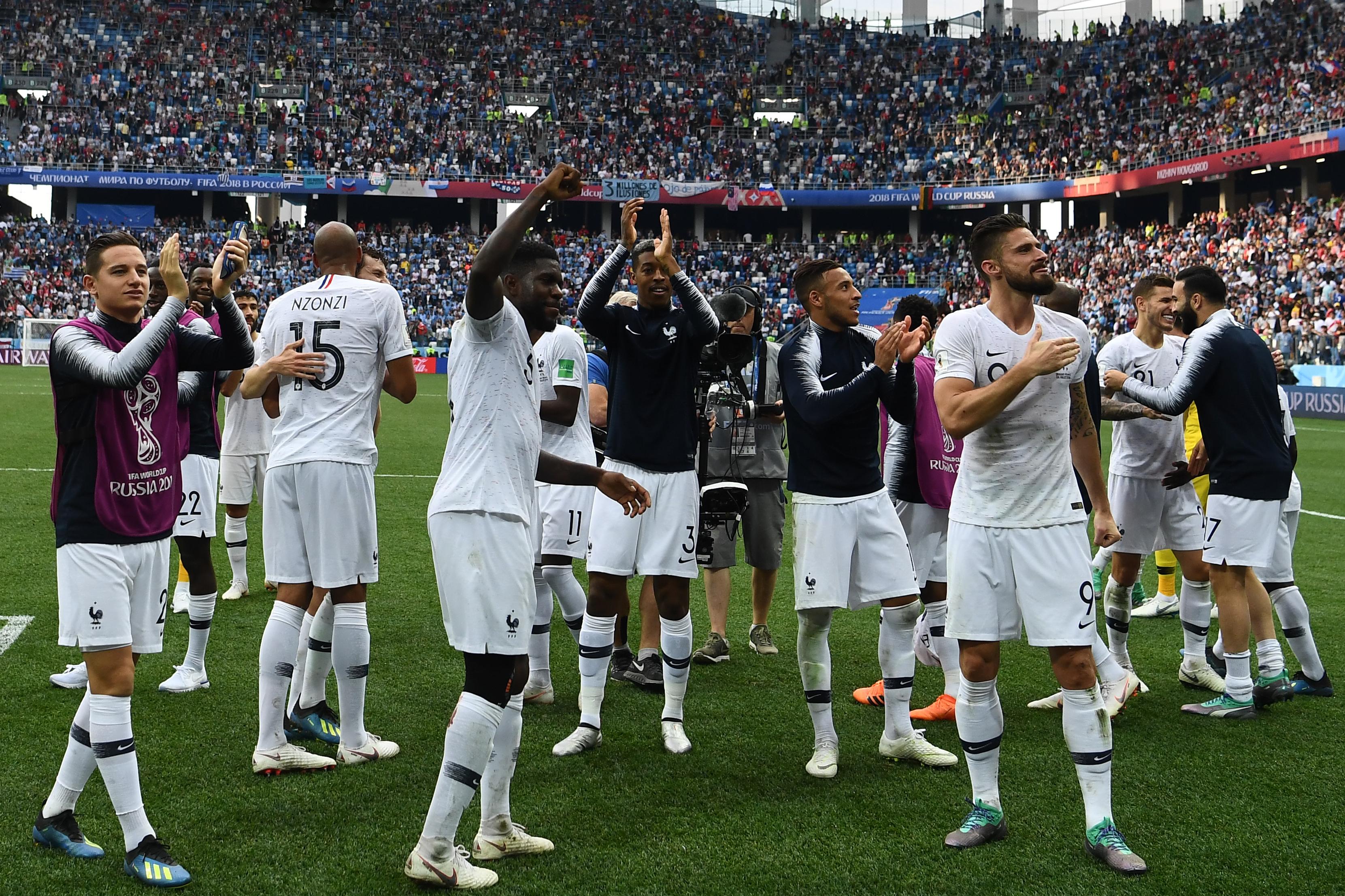 שחקני נבחרת צרפת חוגגים את ההעפלה לחצי הגמר