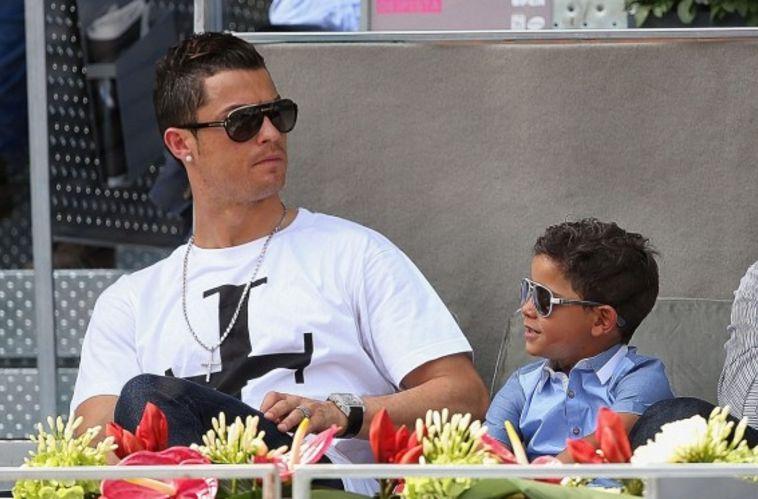 צפו בבנו של רונאלדו מחקה את אביו בבעיטה חופשית אדירה