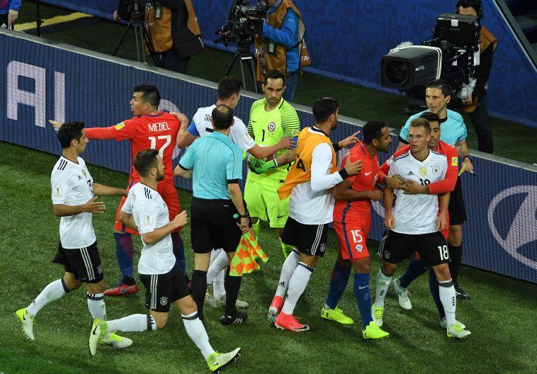 גונסאלו חארה מול שחקני גרמניה