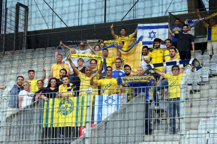 צפו: אוהדי מכבי תל אביב כובשים את פראג