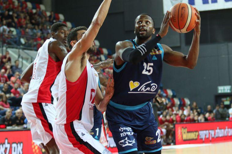 בגיל 33: אלאנדו טאקר הודיע פרישה מכדורסל