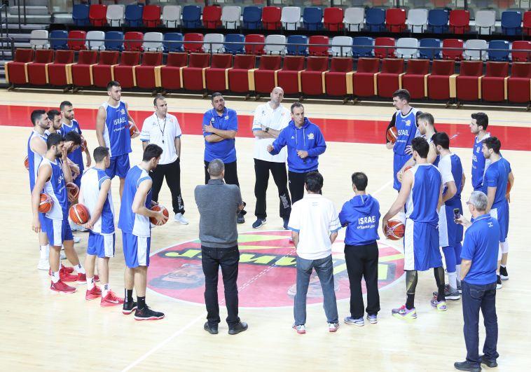 עודד קטש עם שחקני נבחרת ישראל