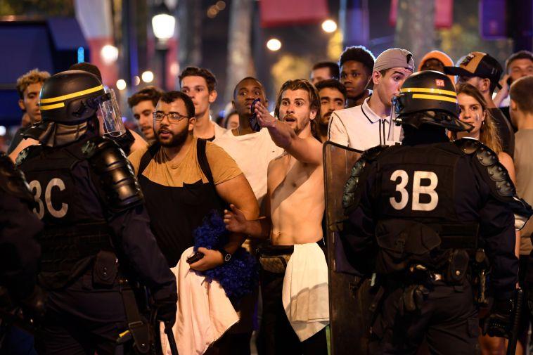 צפו במהומות בצרפת: שני אוהדים נהרגו, ילדים נפצעו קשה