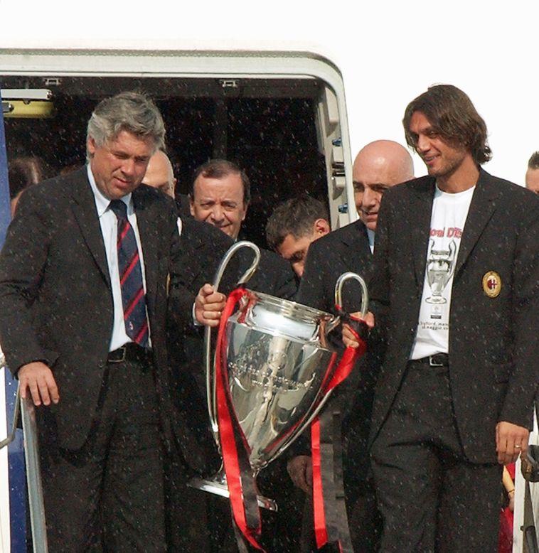 אנצ'לוטי ומאלדיני עם גביע האלופות בו זכו על חשבון יובנטוס