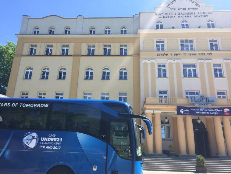 אוטובוס הנבחרת הסלובקית על רקע ישיבת חכמי לובלין