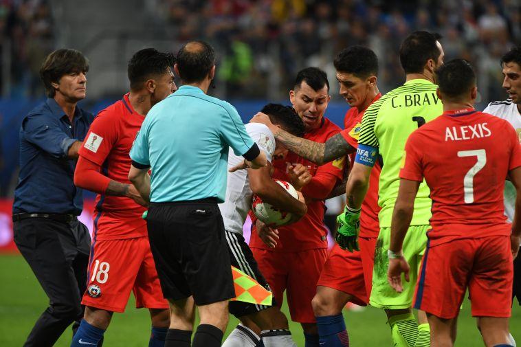 שחקני גרמניה וצ'ילה מתעמתים. יותר מדי עצירות (AFP)