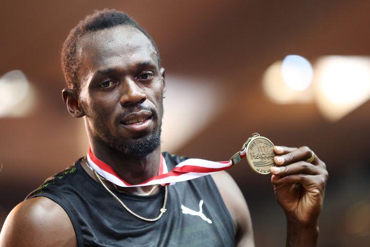 יוסיין בולט והמדליה. בדרך להסבת מקצוע? (AFP)