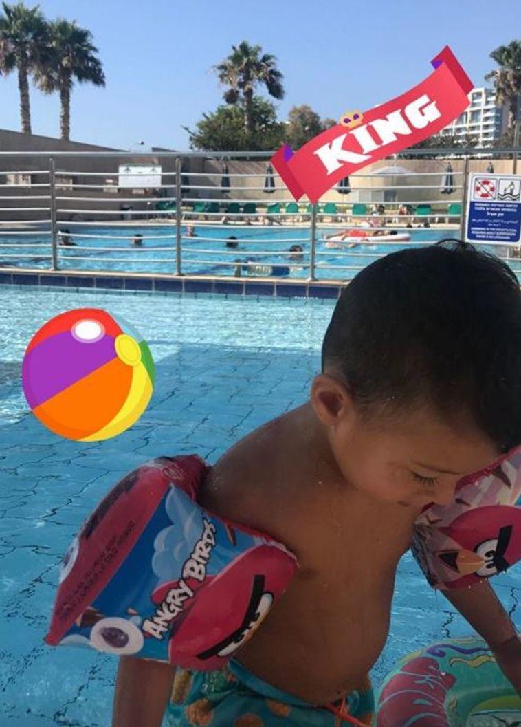 שון בבריכה