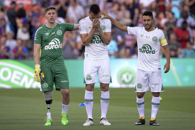 הבלם נטו בוכה בעקבות הטקס המרגש בתחילת המשחק (AFP)