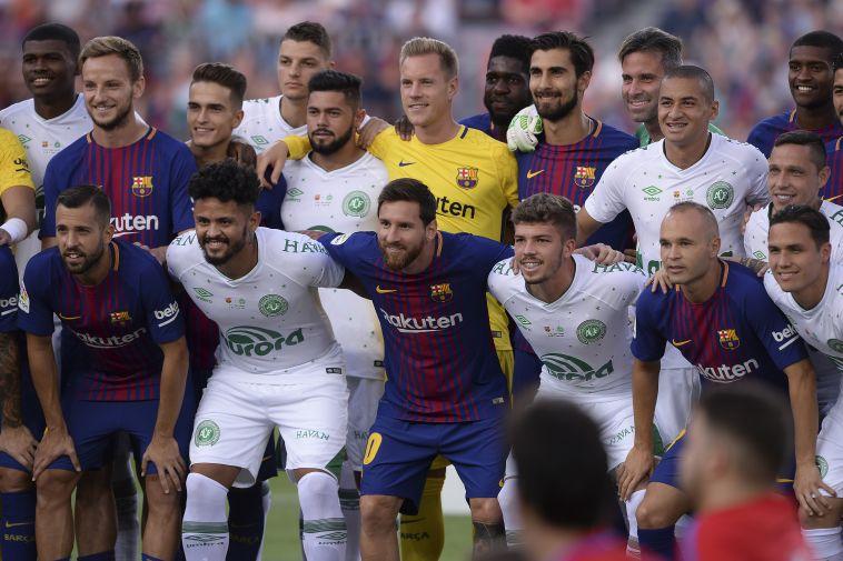 שחקני ברצלונה ושאפקואנסה מפגינים אחווה לפני המשחק (AFP)