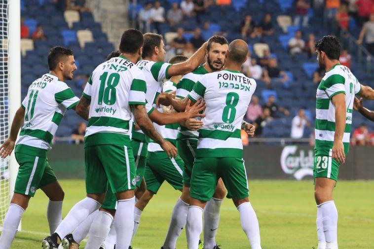 שחקני חיפה חוגגים מול היריבה העירונית (ערן לוף)