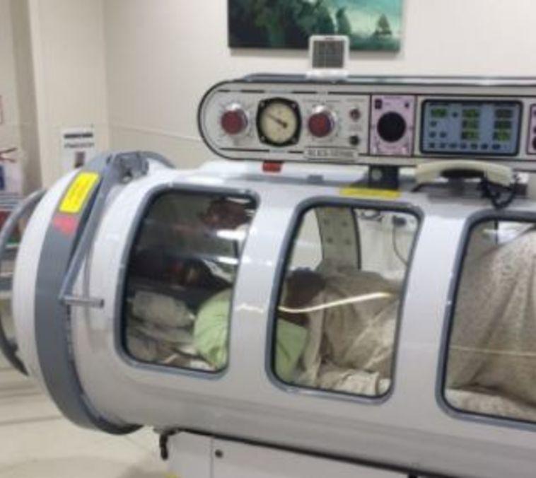 אלי דסה בתוך תא לחץ (צילום מתוך אינסטגרם)