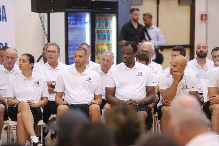 פארקר לצד רובינסון ושאר המשתתפים. חולם לנהל ב-NBA