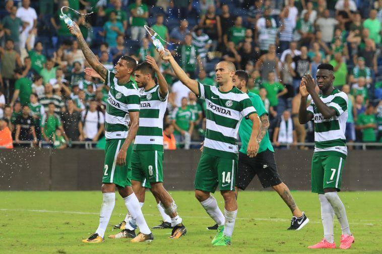 שחקני מכבי חיפה חוגגים את סיום בצורת השערים (ערן לוף)