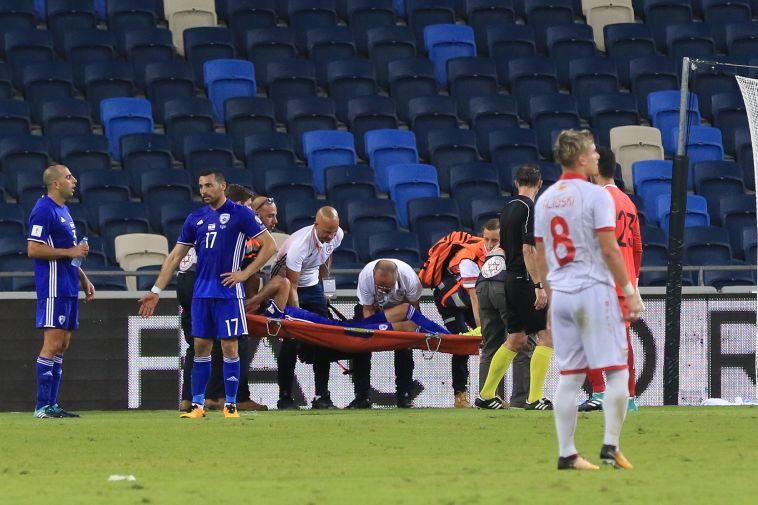 בן ביטון ברגע הפציעה מול מקדוניה (ערן לוף)