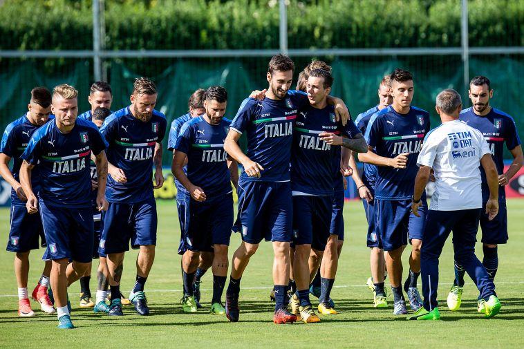 שחקני נבחרת איטליה מחויכים באימון המסכם (אודי ציטיאט)
