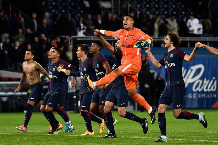 שחקני פ.ס.ז' חוגגים ניצחון נוסף בליגה (AFP)