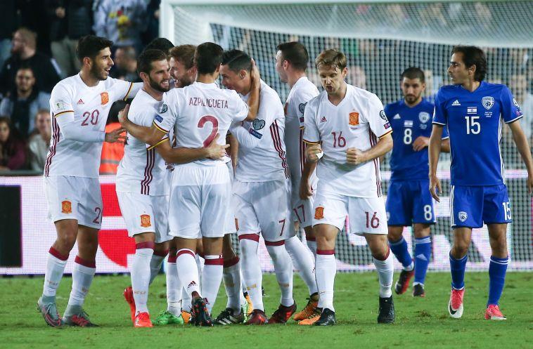 שחקני נבחרת ספרד חוגגים על רקע יוסי בניון המאוכזב (דני מרון)