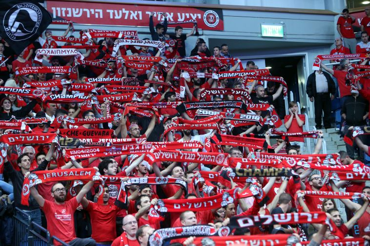 אוהדי ירושלים צובעים את הארנה באדום לכבוד המאמן החדש (אודי מאור)