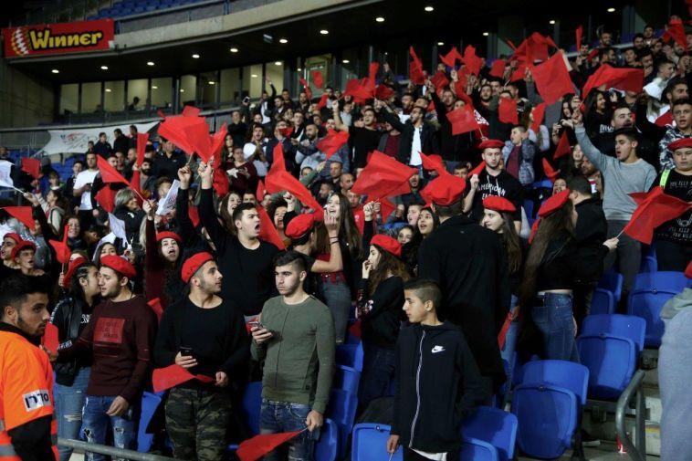 """אוהדי בני ממב""""ע צובעים את האצטדיון באדום (עדי אבישי)"""