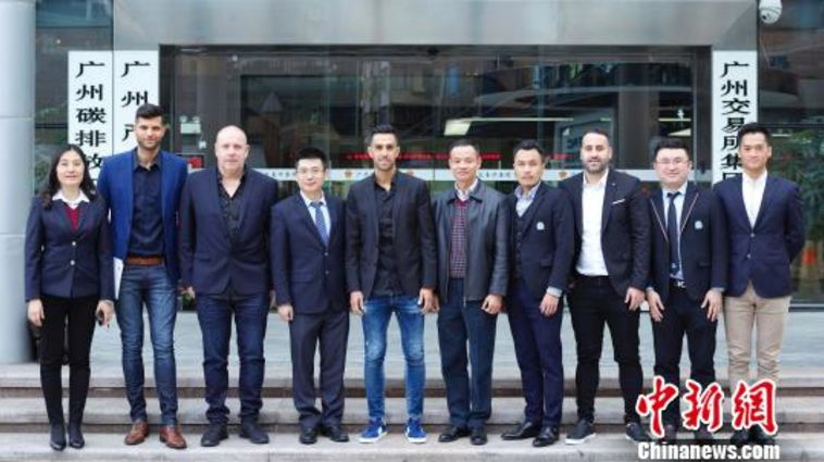 ערן זהבי עם אנשי עסקים סיניים (אתר הליגה הסינית)