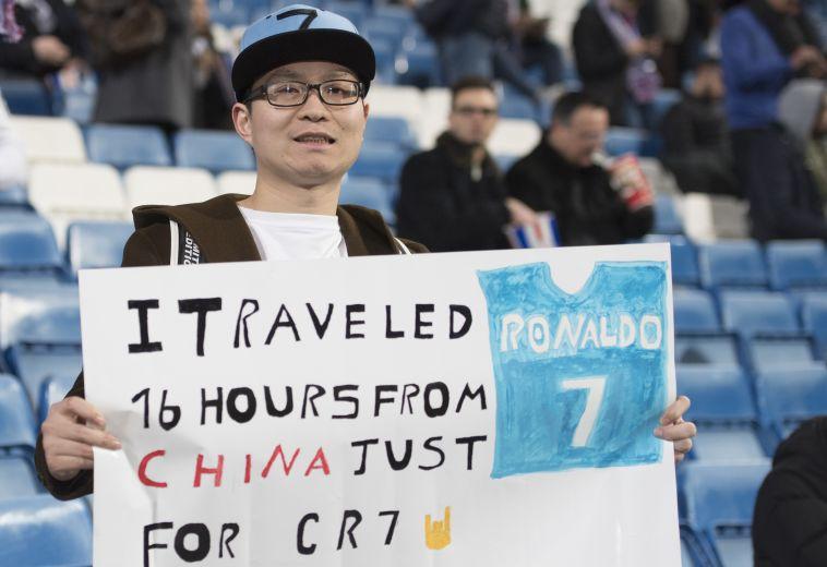 """אוהדי סיני מניף שלט: """"נסעתי 16 שעות רק בשביל רונאלדו"""" (AFP)"""