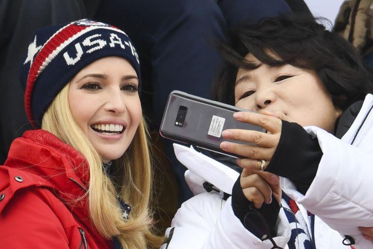 איוונקה טראמפ עושה סלפי עם אשתו של נשיא דרום קוריאה (AFP)