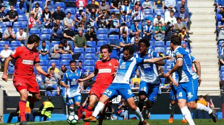 שחקני אספניול ושחקני סוסיאדד נאבקים על הכדור (לה ליגה, האתר הרשמי)