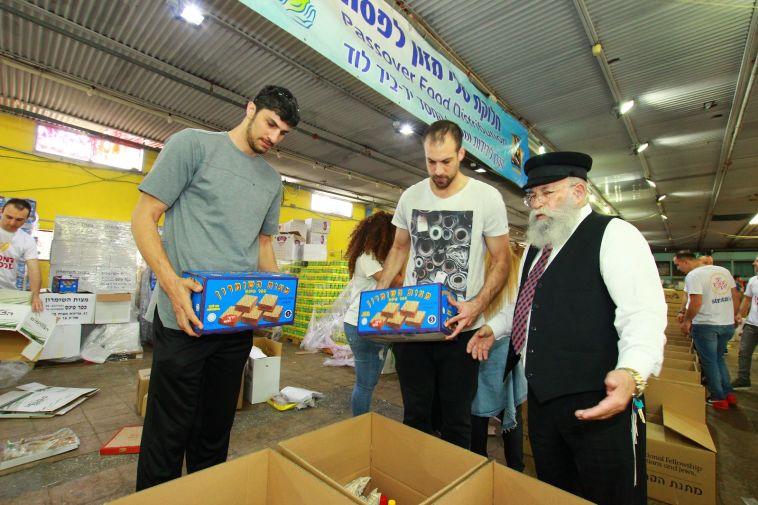 """הלפרין ואליהו אורזים ארוחות לחג הפסח (צילום: עמותת """"יד ביד"""")"""