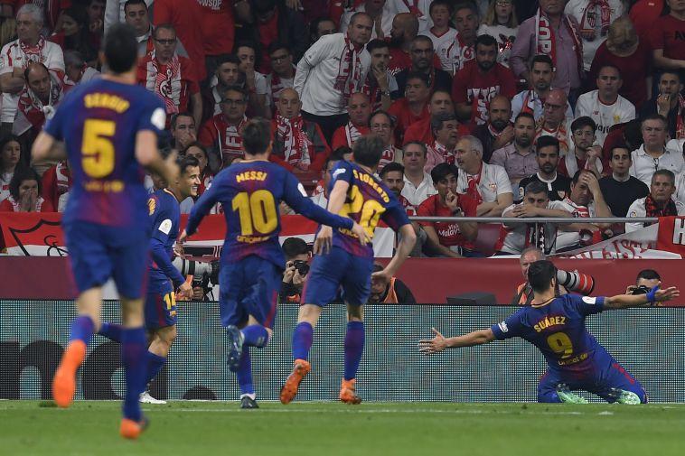 שחקני ברצלונה חוגגים מול אוהדי סביליה ההמומים (AFP)