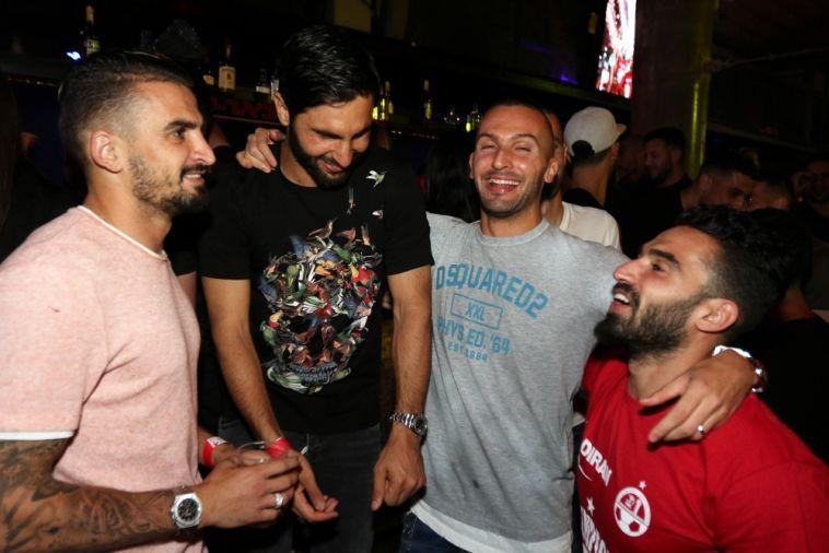 שחקני הפועל באר שבע חוגגים, אתמול במועדון הפורום בעיר (מאיר אבן חיים)