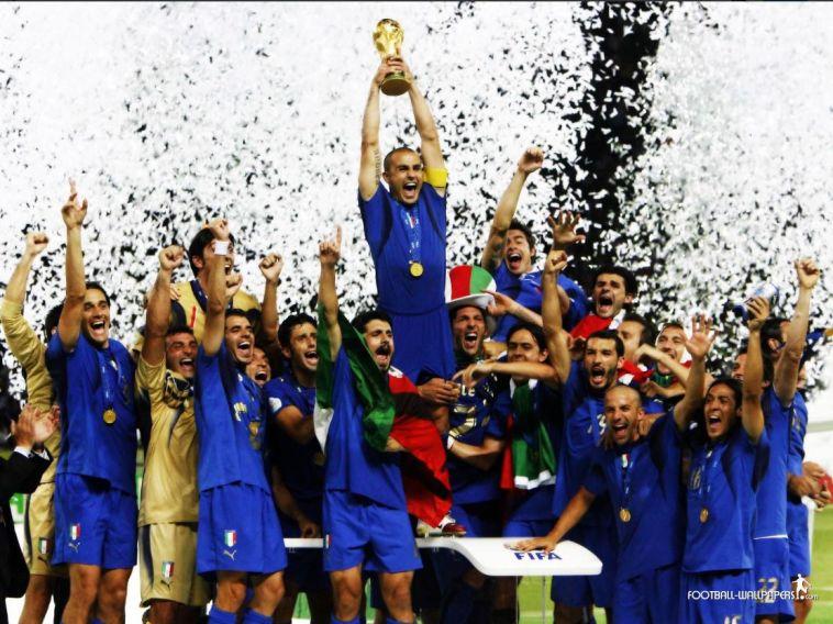 נבחרת איטליה מניפה את גביע העולם (טוויטר)