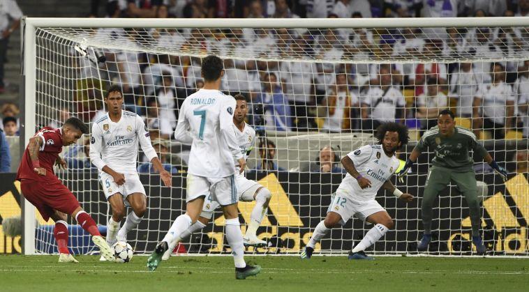 פירמינומסכן את השער של ריאל מדריד (AFP)