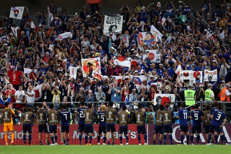 שחקני יפן חוגגים עם הקהל (Gettyimages)