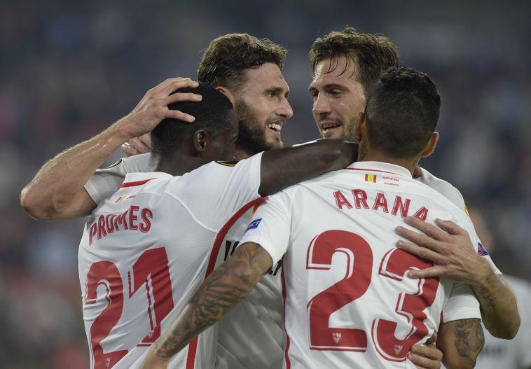 שחקני סביליה חוגגים. ממוצע של ארבעה שערים למשחק בליגה האירופית (AFP)