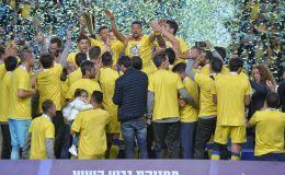 שחקני מכבי תל אביב מניפים את גביע הטוטו