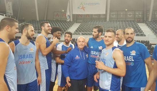 שחקני נבחרת ישראל עם ארז אדלשטיין