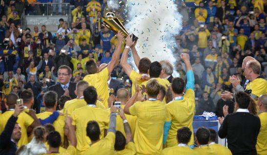 שחקני מכבי תל אביב עם גביע הטוטו