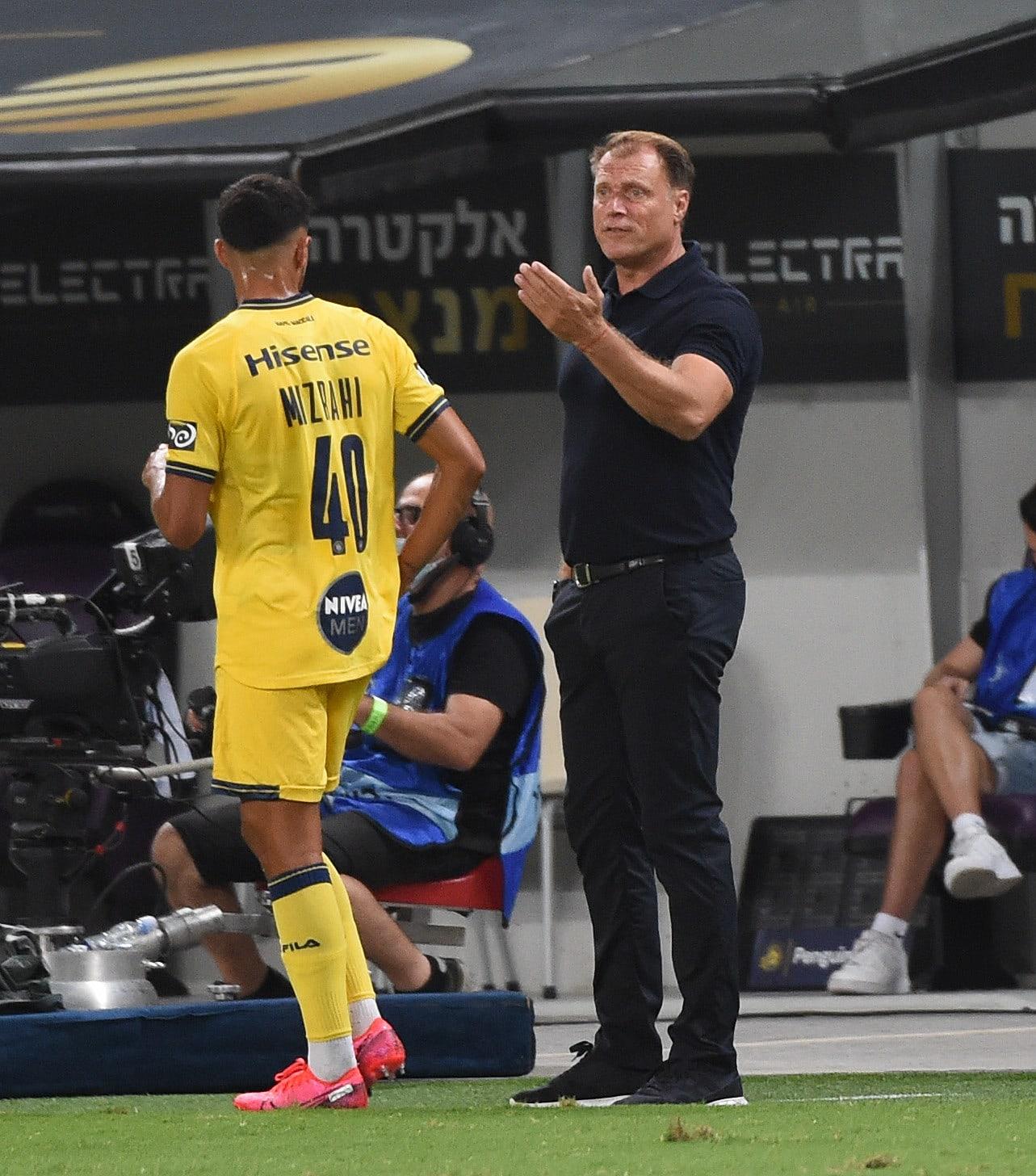 El entrenador del Maccabi Tel Aviv, Patrick Van Leven, con Guy Mizrahi
