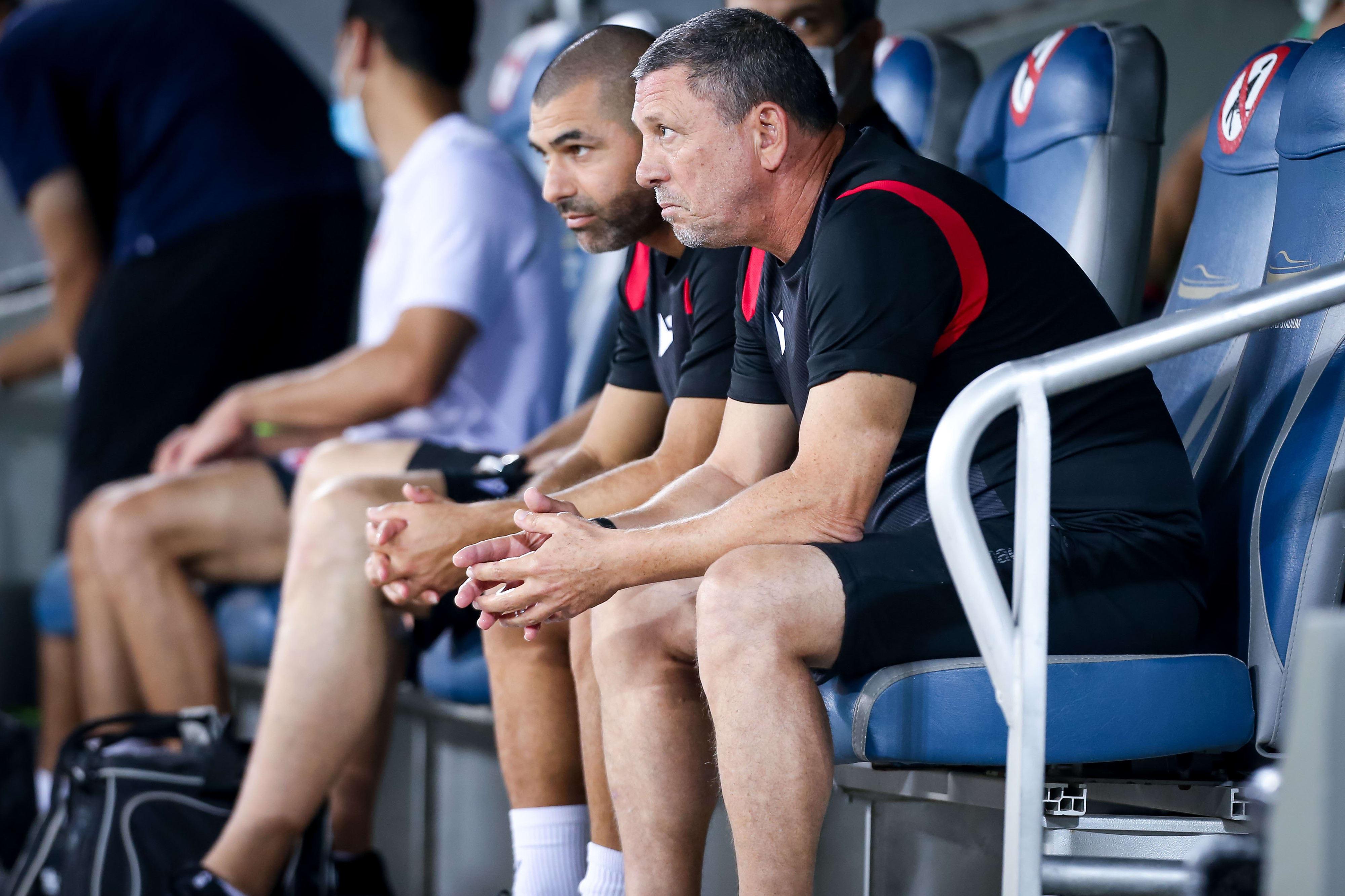 ניר קלינגר מאמן הפועל תל אביב עם עוזרו סלים טועמה
