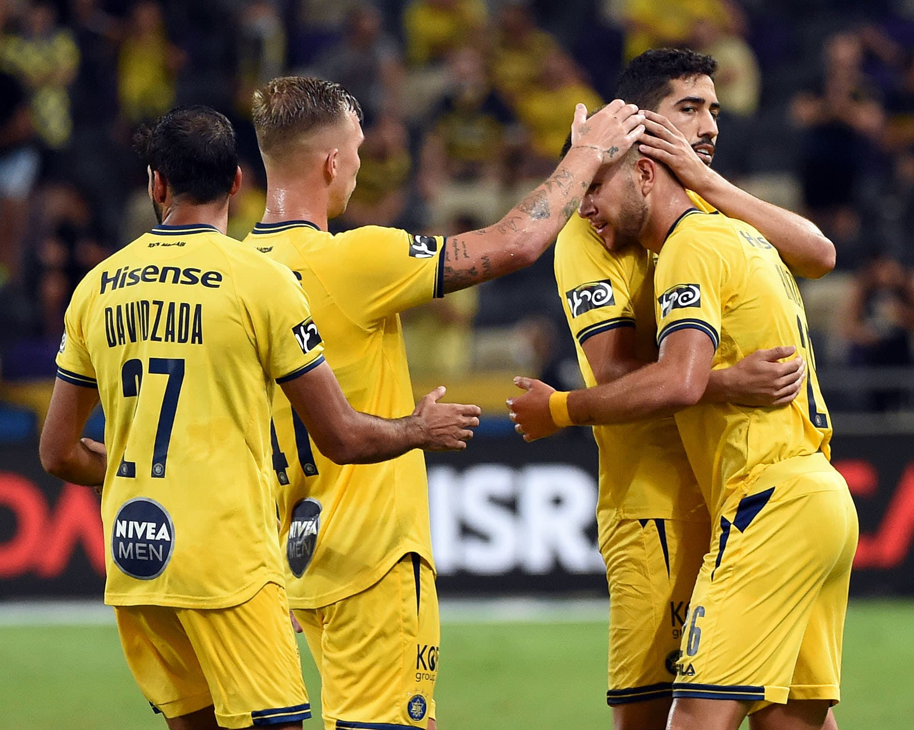 Los jugadores del Maccabi Tel Aviv celebran con Ronen Chanzis