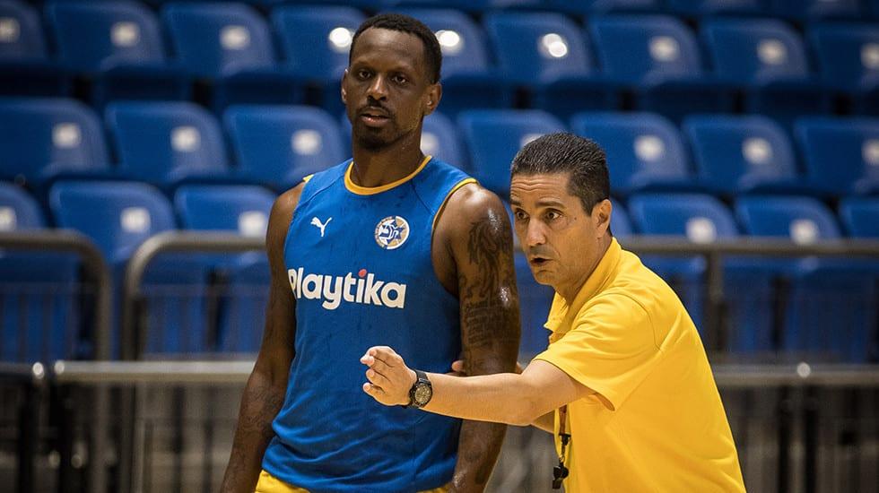 מאמן מכבי תל אביב יאניס ספרופולוס עם ג'יימס ננאלי