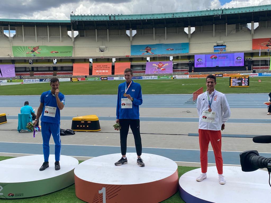 יונתן קפיטולניק קופץ לגובה אחרי הזכייה באליפות העולם לנוער