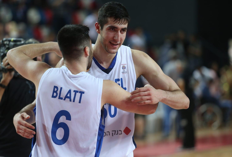 שחקני נבחרת ישראל תמיר בלאט, יובל זוסמן חוגגים