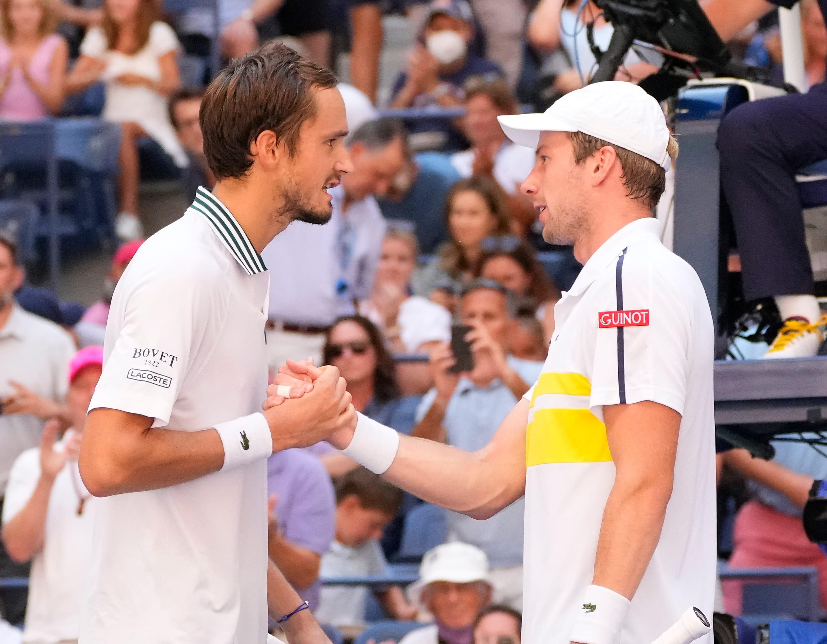 הטניסאי הרוסי דניל מדבדב מברך את יריבו בוטיק ואן דה זאנדסחלופ