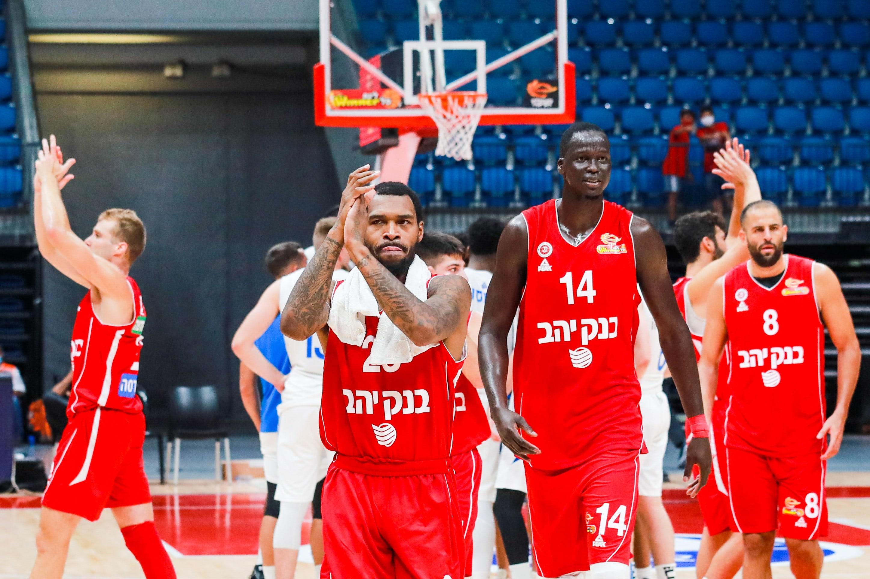 שחקני הפועל ירושלים רטין אובאסוהן, ת'ון מייקר, שגב דוד חוגגים