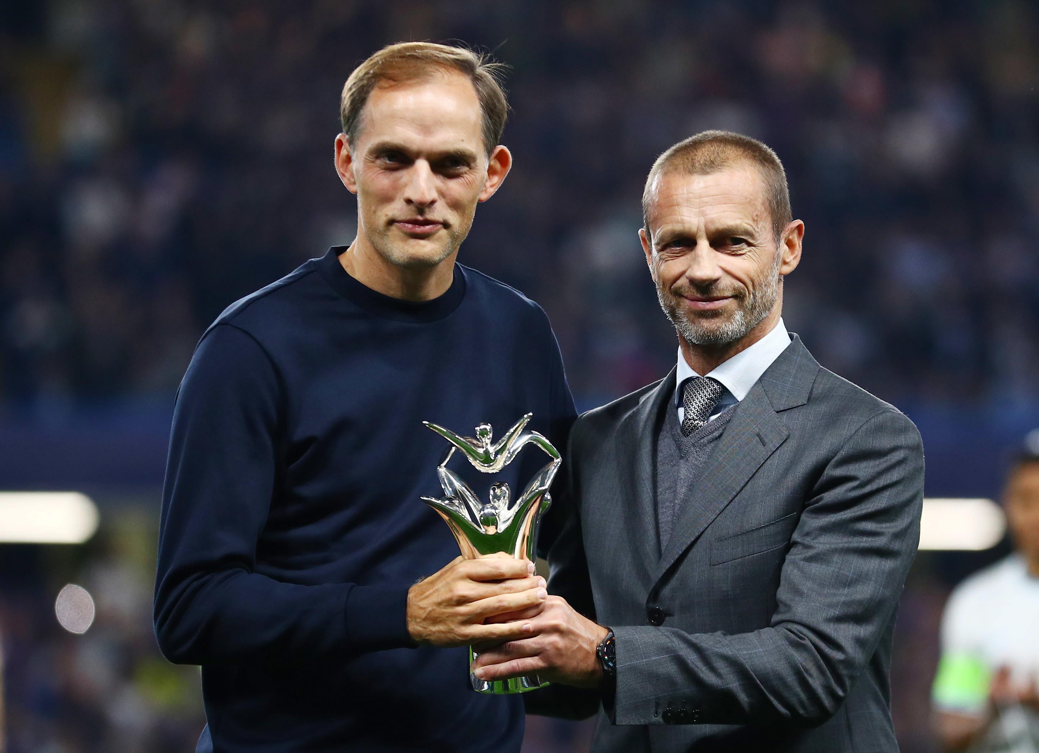 תומאס טוכל מאמן צ'לסי מקבל את פרס מאמן השנה מידי אלכסנדר צ'פרין נשיא אופ