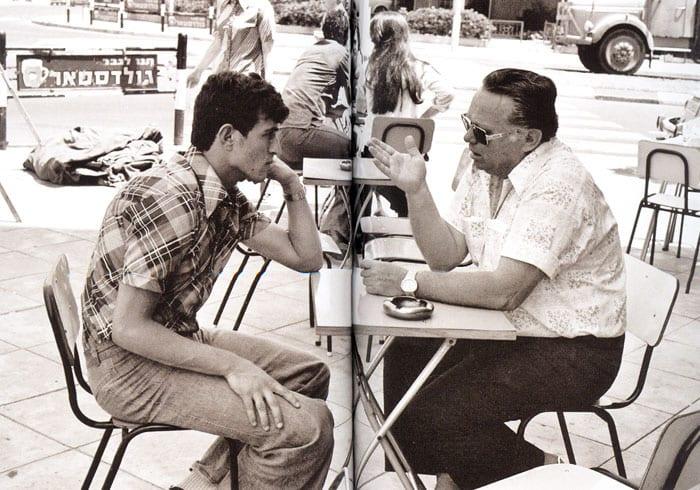אורי מלמיליאן יושב עם דוביד שוייצר בבית קפה