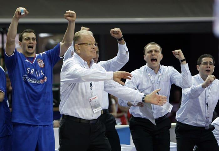 מאמן נבחרת סרביה דושאן איבקוביץ' חוגג עם נבחרתו