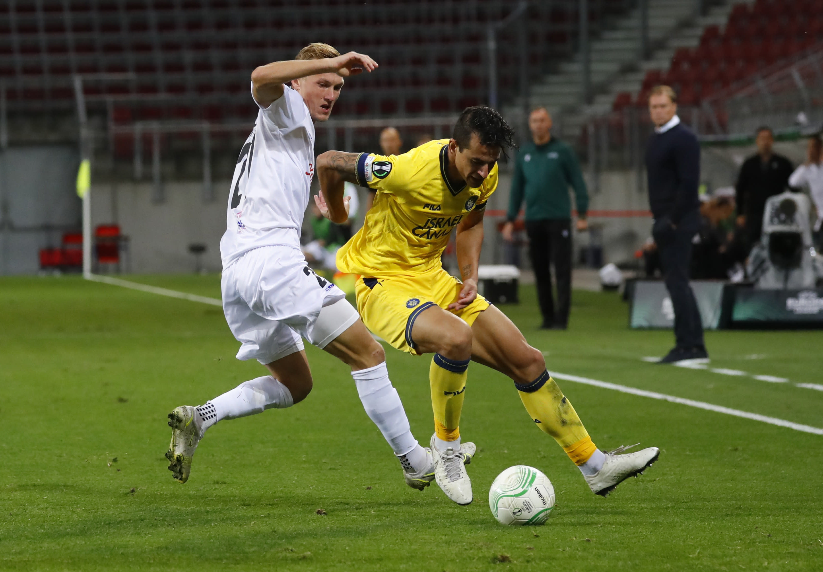 Luis Hernández, jugador del Maccabi Tel Aviv, frente a Thomas Goiginger, jugador de Lasc Linz